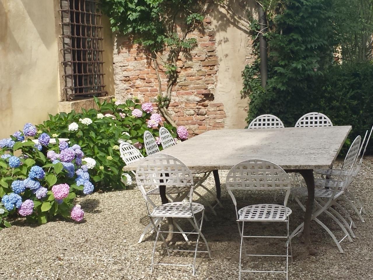 Tavolo esterno a Villa Maffei Rizzardi